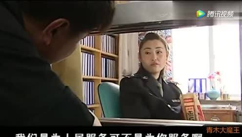 窗口单位女警上班嗑瓜子!没想到公安局长就站身后!女警慌了!