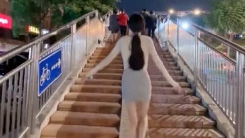 和女友分手两年后在路边偶遇,她开心的蹦跶了起来,网友:漂亮!