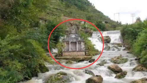 贵州一户人家将祖坟埋在河中,被巨浪冲击百年,却依然屹立不倒