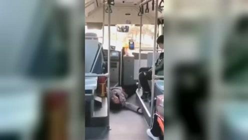 讹钱?老人坐公交投1毛硬币 遭司机制止后倒地抽搐