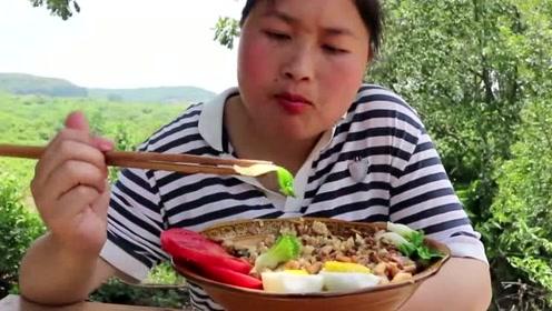 台湾卤肉饭可不容易学!胖妹一人闷头研究,做出的成品摄像师都馋了!