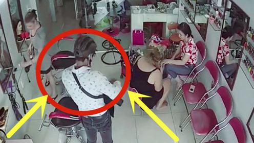 美发店老板娘正修指甲,猥琐男突然进来,下秒老板看了当场吐血!