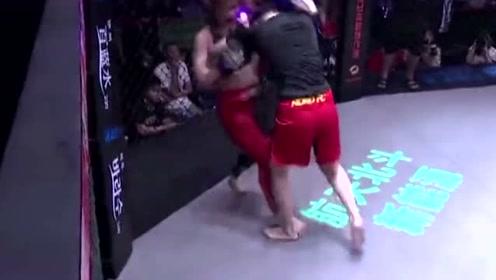 中国女拳手被日本拳王挑衅,后将拳王按在地上一顿暴捶