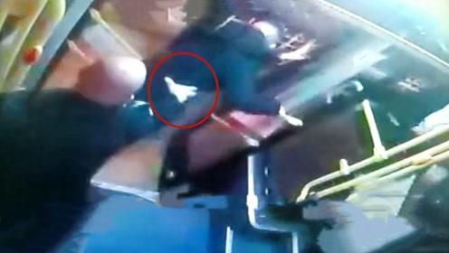 """正义感爆棚!监拍乘客看病钱被偷 热心司机狂追小偷致其""""裸奔"""""""
