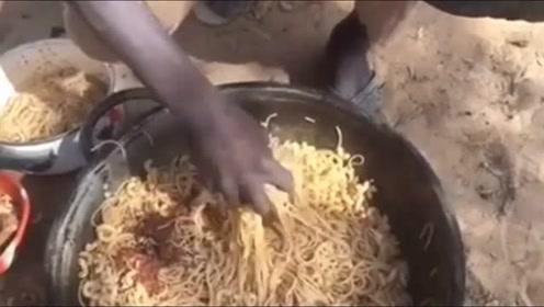 非洲工地上的午餐,他们分面条非常认真,生怕分的不一样多!
