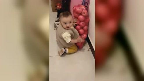 男童趴一袋苹果边猛啃!网友:像极了老鼠偷食