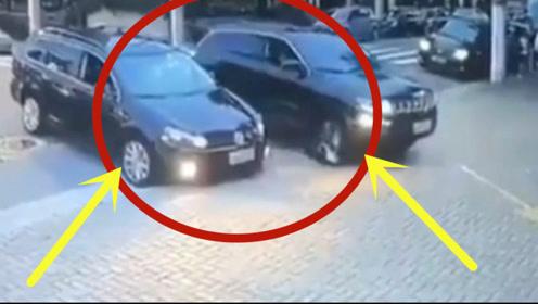 两轿车并排过马路,下一秒竟在地上放开翻滚,监控拍下诡异全程!