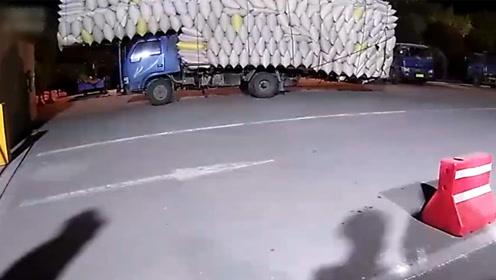 太危险!农用车超载1147% 18吨货压满车转弯都晃悠