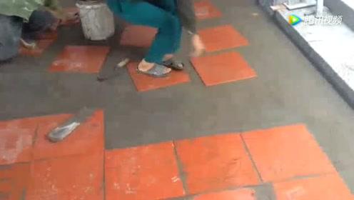 朋友介绍的铺地板砖工人,还没干几天就被赶走了,太不地道了
