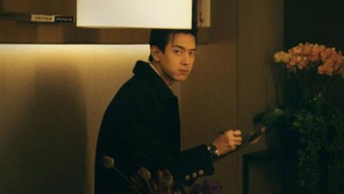 李现身穿黑色大衣内搭白衬衫亮相,经典黑白配更显优雅帅气