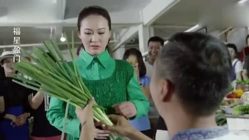 小伙拿大葱当鲜花向美女求婚!没想到美女竟还答应了!