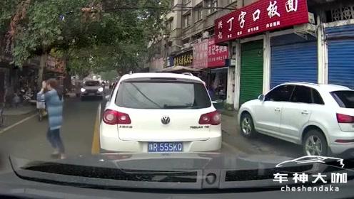 女司机随意停车,真把马路当自己家了?