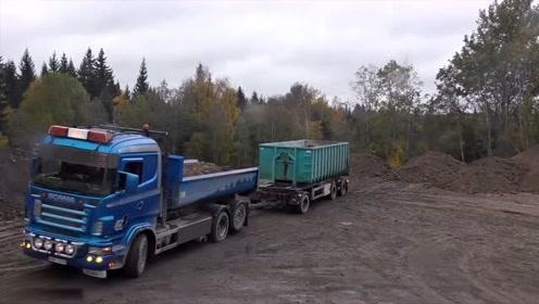 困惑我10年,原来两节车厢的货车是这样卸货的,真是大开眼界了
