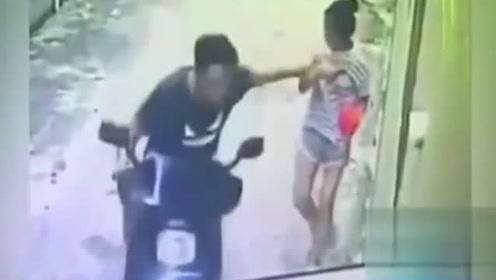 女孩只顾低头玩手机,男子骑车突然动手,她根本反应不及!