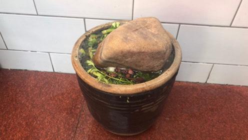 腌酸菜上面为啥要放块石头?今天可算明白了,抓紧提醒家人,可别忽视了