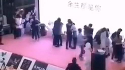 3秒被扇5下!女子参加接吻大赛 一男子冲上台对其劈头狂扇
