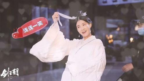 《剑王朝》幕后花絮,李一桐变身随处可捕捉的小仙女,爱笑的女孩最美
