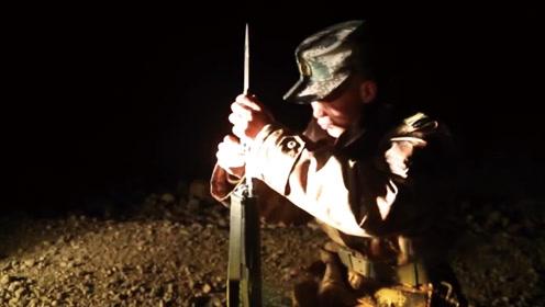 汽车兵突然给步枪装刺刀  狼来了!