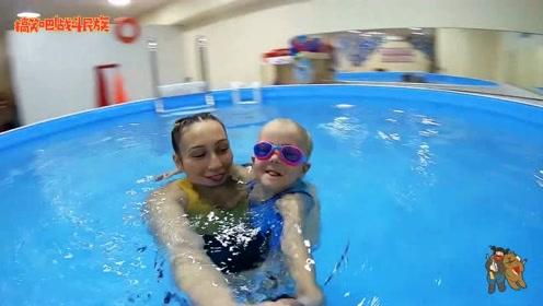 """在游泳池里做游戏,潜入水中的小女孩宛如一只""""小海豹"""""""
