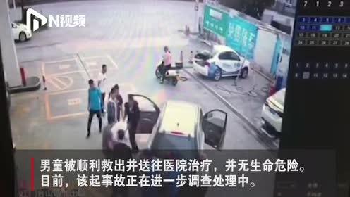 感人!广东江门一男孩被卷入车底,热心群众抬车救人