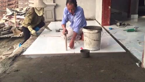 农民大叔发明的贴地砖工具,简直就是神器,干活不求人