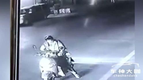 女子骑车逆行突然停在路中,被一辆汽车撞倒在地