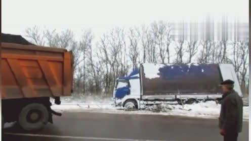 这辆卡车真猛,不仅装载石灰,还去牵引半挂车