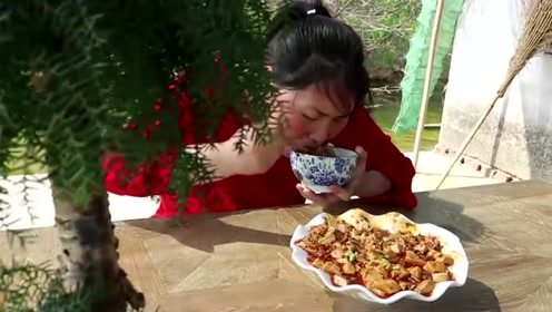 胖妹2斤麻婆豆腐配1锅米饭,摄像师看着都饿了,米锅打开全空了!