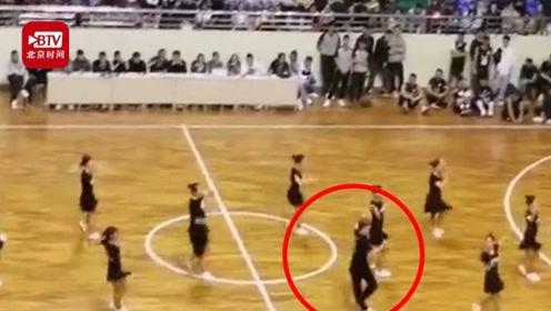大学篮球赛男生C位领舞 迷妹尖叫:太妖娆了