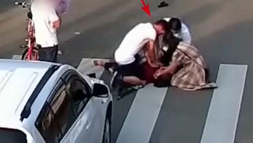 阿婆被撞停止呼吸,女同志抢救时体力不支,老公赶紧她替换过来!