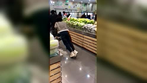 超市遇到一个奇葩女子。