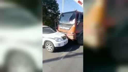 安徽一无照司机驾报废货车被查 前冲后撞逃跑