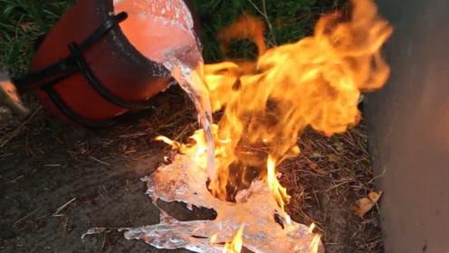 老外为惩罚老鼠,将2000度铝水倒入老鼠洞,意外获得一件艺术品!