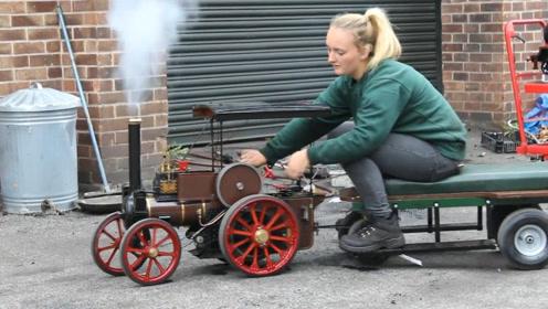 祖传50年的蒸汽火车模型,能驮着美女行驶,可见蒸汽转化全过程