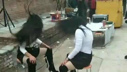 姑娘表演真不容易,头都要甩晕了!