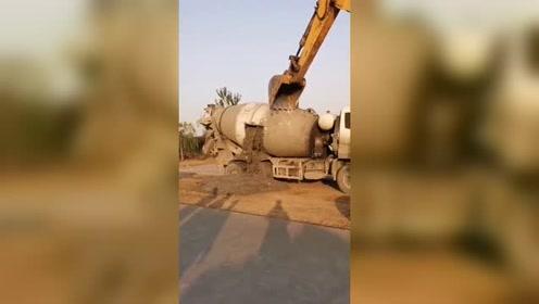 卸货方式无情,罐车打洞还用挖掘机挖!
