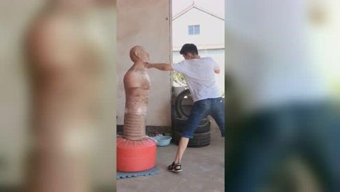 14岁搏击少年身材瘦弱拳脚爆发惊人,每天在家训练教练是爸爸
