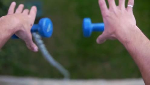 两个哑铃无法同时落地,什么原理?伽利略的棺材板已翘起来一半!