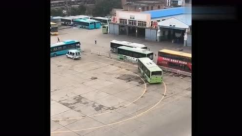 公交车司机就是霸气,这样的弯都能倒车,牛不牛你们说了算!