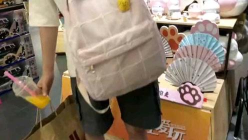 一款带有卡通菠萝胸针的大格子纹清新背包,很少女心哟