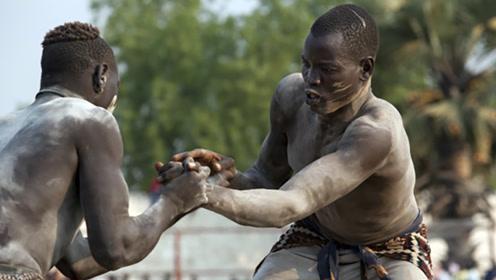 非洲传统搏击KO,一手当盾,一手缠麻绳进攻对方的头!