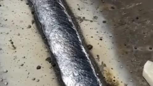 电焊老师傅教新手立焊!又学到一招!非常实用