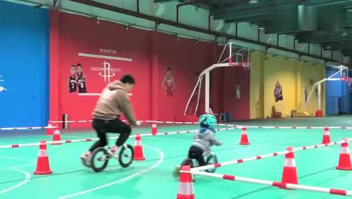 3岁的儿子和33岁的老公,一起骑平衡车,网友:好父子