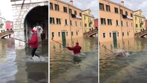 男子洪水中自拍一脚踩入河道瞬间被吞没 所幸水深仅到脖子