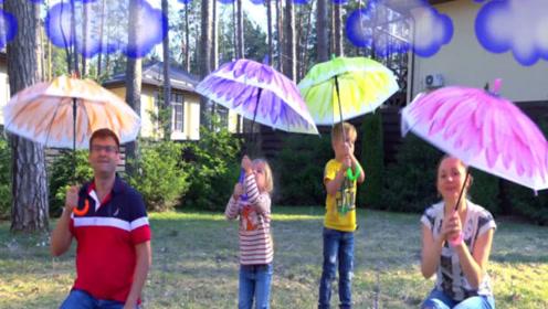 突然下雨了,兄妹俩和爸爸妈妈一起打着伞在院子里玩的可开心了