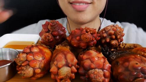 你吃过海菠萝吗?吃过的人不多,小伙吃的有滋有味?看着真馋人