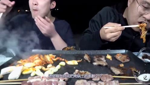 韩国小胖子叫上朋友,烤了一堆肉,最后连扇贝都上来了!