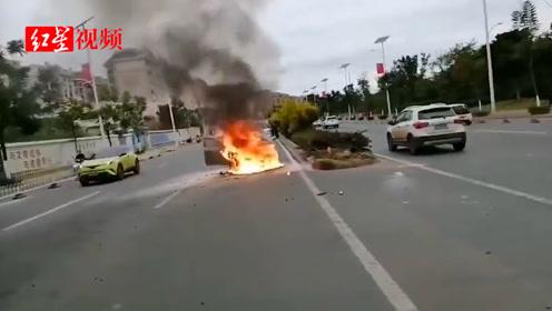 四川西昌一轿车起火  未造成人员伤亡