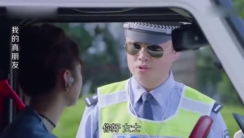 美女开车过路口!红绿灯都不走!交警直言没你喜欢的颜色吗!