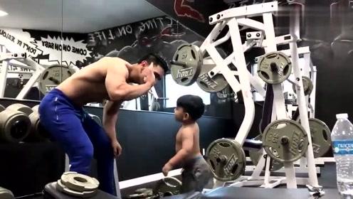 爸爸在健身锻炼,儿子也要一起